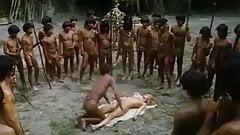 Salvajes follan a  mujer rubia en grupo