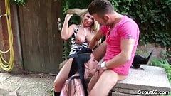 Junge Frau erwischt ihn mit ei
