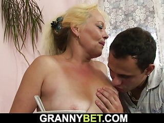 Download video bokep Old blonde woman gets her hairy pussy fucked Mp4 terbaru