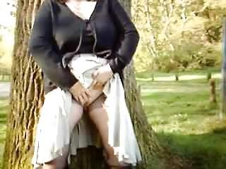Elle se masturbe dans le parc