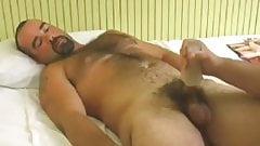 Big Hairy Bear Bryan: Paja y Mamada