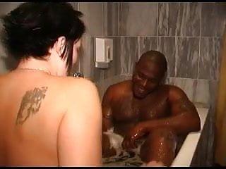 Tbig een breasts - Schoonmaakster neemt een heet bad met gast