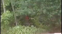 Homem com penis gigante se masturba no mato