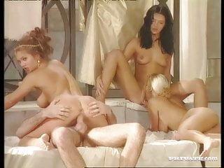 Black Widow Katalin And Rita Faltoyano Bathe Together Before