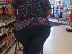 Another wide ass GILF