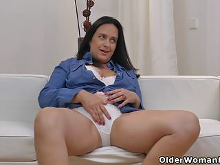 Download video bokep Euro milf Ria Black rubs her white cotton panties Mp4 terbaru