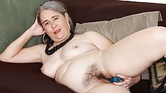 American gilf Kelli starts toying her hairy pussy's Thumb