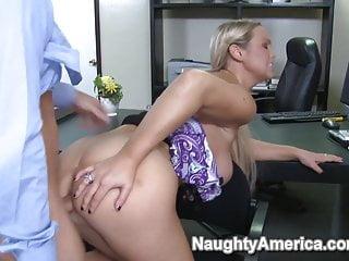 El jefe no está y ella le pide al novio que se escurra en las jugosas tetas