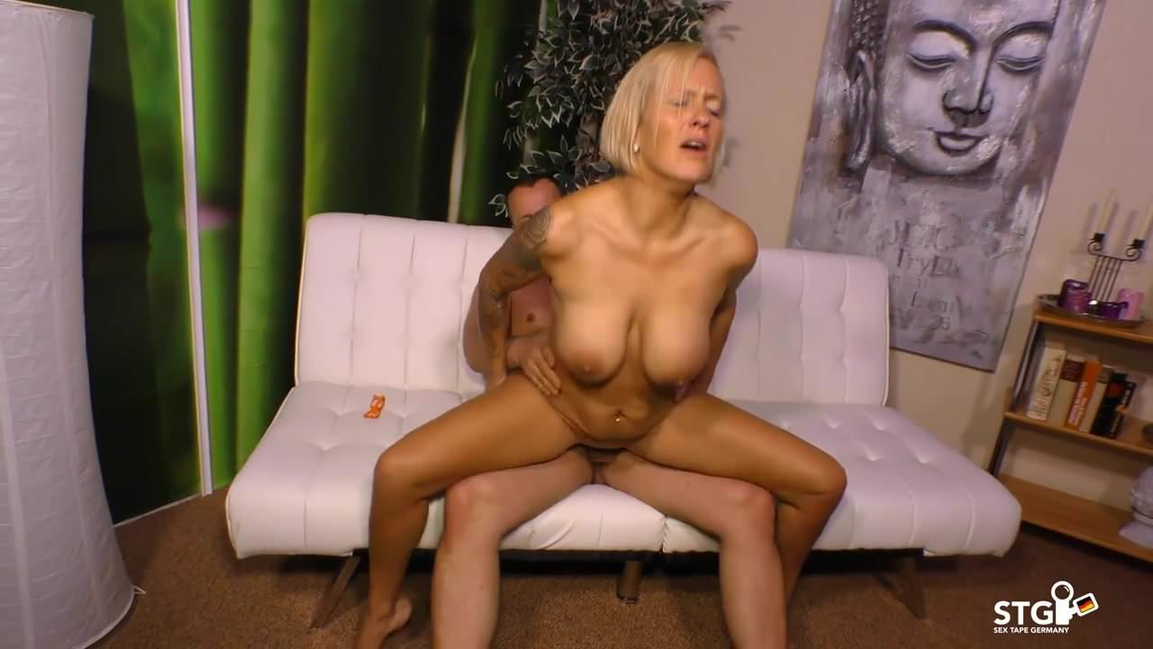 amiture busty blonde nude