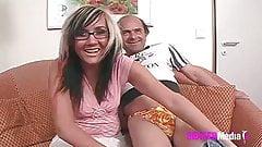 Der Opa und das junge Maedchen