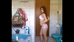Nena latina se desnuda