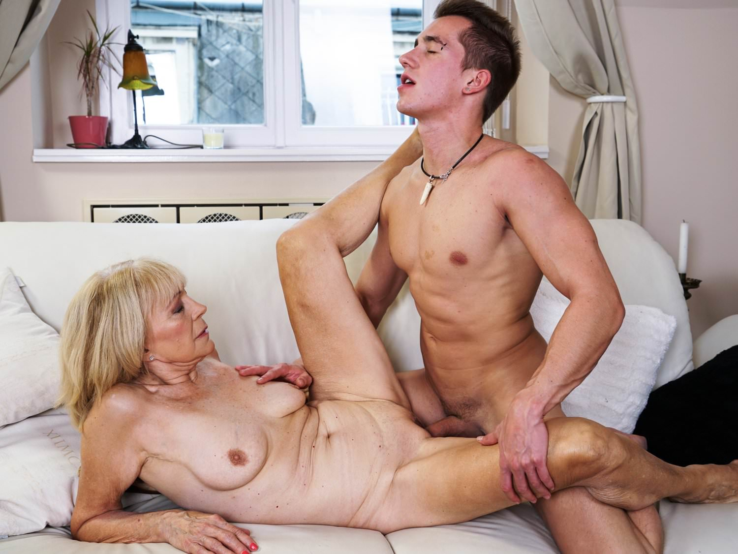 Mature mothers who fuck younger men — photo 11