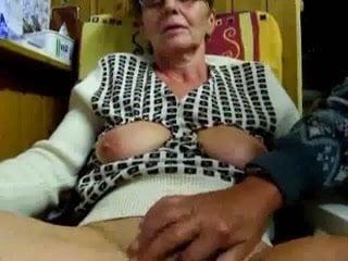 pour se faire un peu de thune, elle baise devant sa webcam