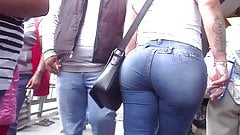 Milf with huge ass walking 2 of 4 nalgona en la calle