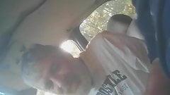 barbudo chupando en coche