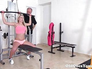 Rubia Consigue Sexo Usando Calzas Sin Tanga