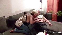 Vater der besten Freundin ueberredet sie mit ihm zu ficken