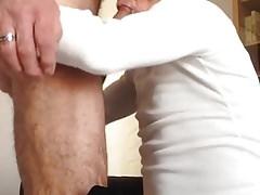 La salope suce la longue et belle bite de Pierre