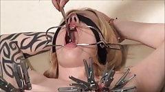 sumise blonde piercings pinces sexuelles