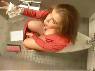 Kleine Nutte auf dem Schulklo gefilmt!