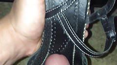 Je me branle dans ses jolie petites chaussures..