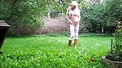 Jeannet Fuentes undressing in the garden