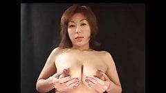 Japanisches Girl Spritzt milch aus ihrer Brust