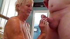 oma, 70 jaar, pijpt haar man