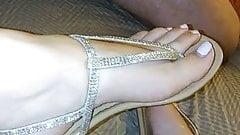 Shoejob with her sexy sandals (huge cumshot)