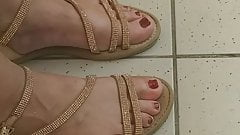 Pretty candid mature feet and faceshot whit toes for footjob