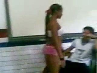 Novinha tirando a roupa na sala de aula