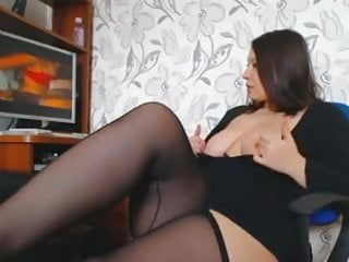 Freegay porno - A woman with beautiful curves masturbates watching a porno