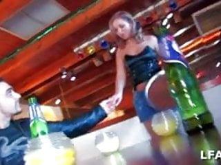 On a baise la serveuse dans le bar avec mon pote