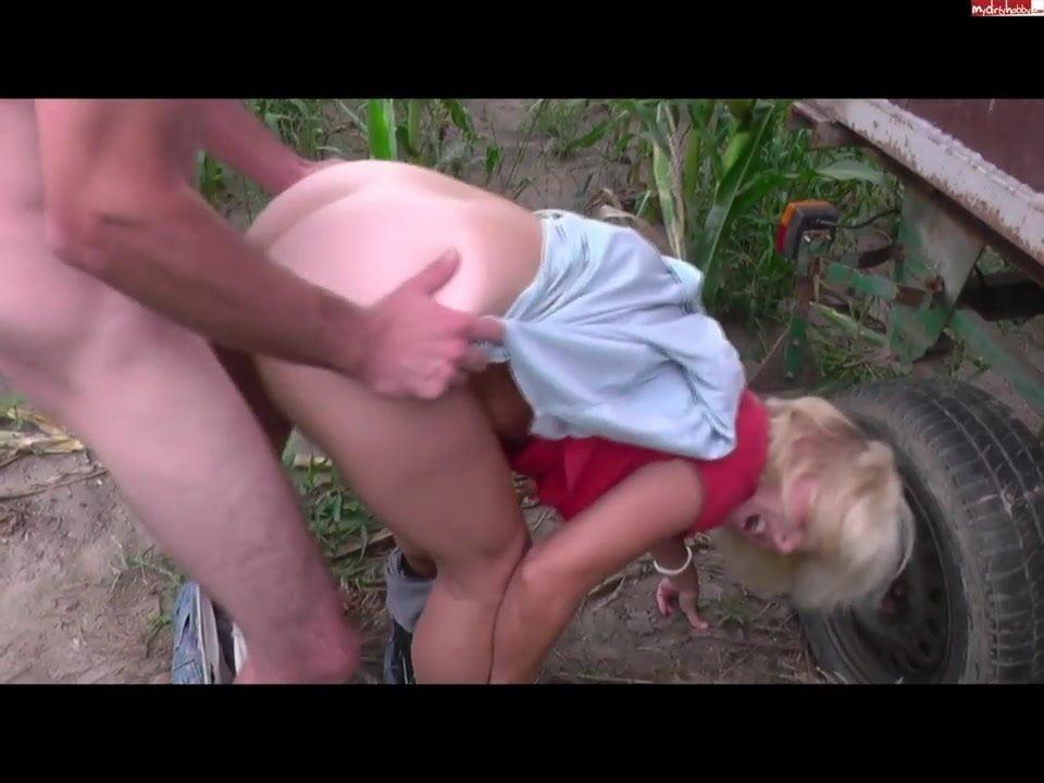 Junger riesenschwanz besorgt es sexy milf outdoor