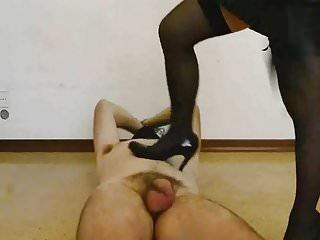 Sara Sadika frusta sulle palle il suo schiavo