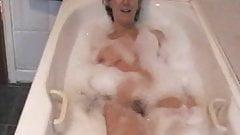 Sara nimmt ein Bad