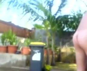 Coquine se lâche dans le jardin devant ses potes