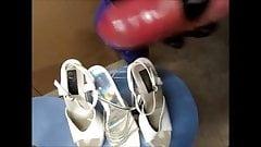 geile stiefelnutte fickt und spritzt auf plateau high heels