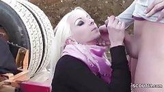 Teeny wird outdoor auf der Baustelle vom Bauleiter gefickt