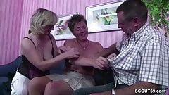 Deutscher Ehemann darf seine Frau und deren Freundin ficken