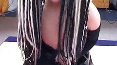 Голландская тинка с дикими волосами сосет член и делает минет
