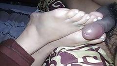 pies de mi esposa jugando mi pene 3