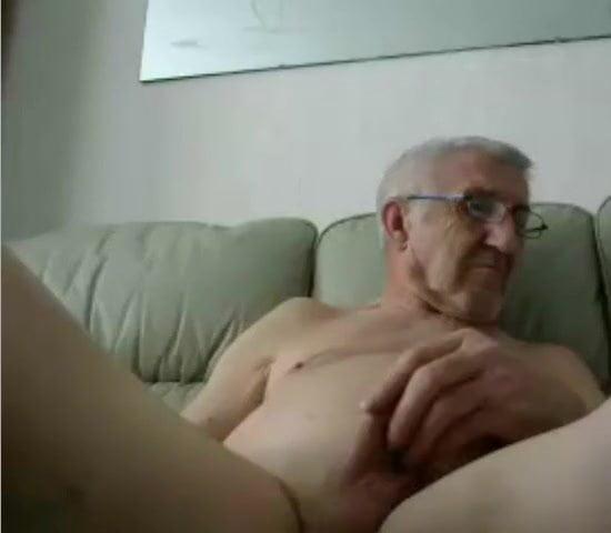 дед дрочит на лежаке