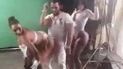 Une danseuse qui bouge bien son cul !