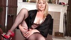 MATURE BLONDIE BOBBIE JONES FLAUNT HER MELONS