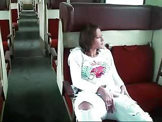 Fickschlampe fingert sich die Fotze im Zug und wird laut!