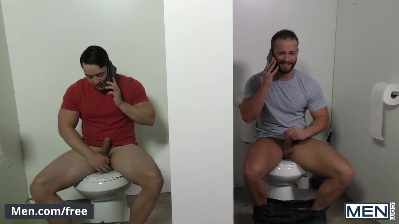 зрелые мужики дрочат в туалете порно позой