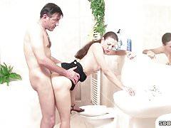 Stief Tochter erwischt Vater im Bad und laesst sich ficken