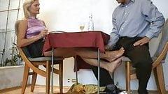 footjob debajo mesa