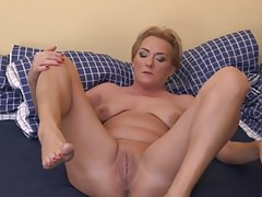 Amateur mature mom with hungry wet cunt
